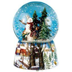 Bola de nieve con muñeco y árboles